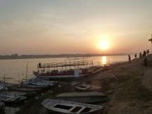 Promenade à la jonction des deux fleuves au coucher du soleil