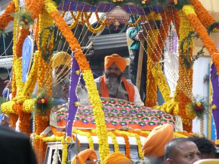 Pretre sikh sur son char