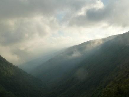 Les collines du Meghalaya dans les nuages