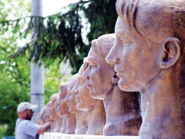 Busturile din bronz ale gimnastelor (Deva, judetul Hunedoara)