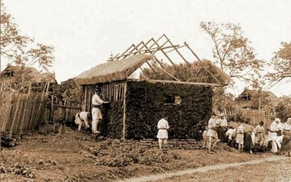 Imagine de la construcţia noii case, cu claca satului FOTO harlauletnografie