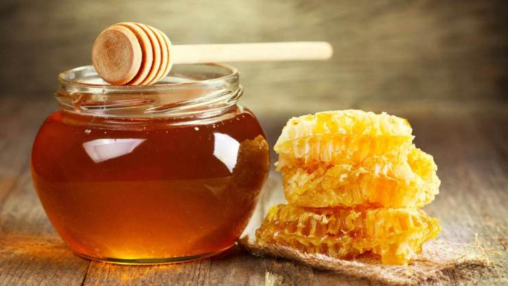 Jar of honey with honeycomb | Survival Food Items That Will Outlast The Apocalypse