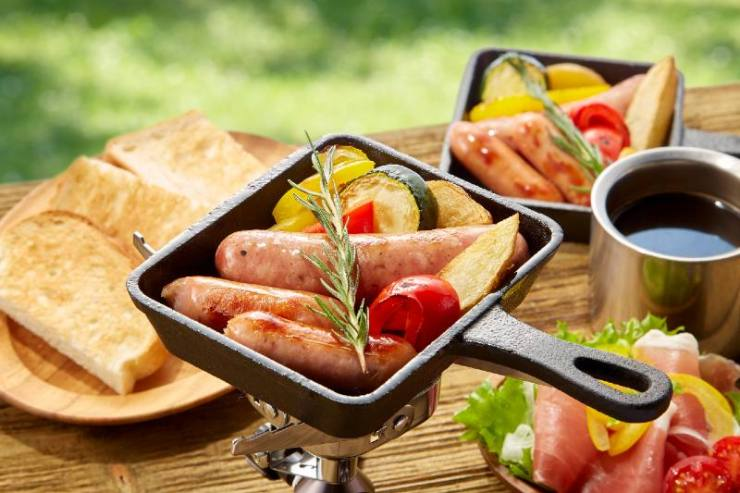 Simple outdoor cooking to enjoy in a skillet pan-easy camping meals for large groups