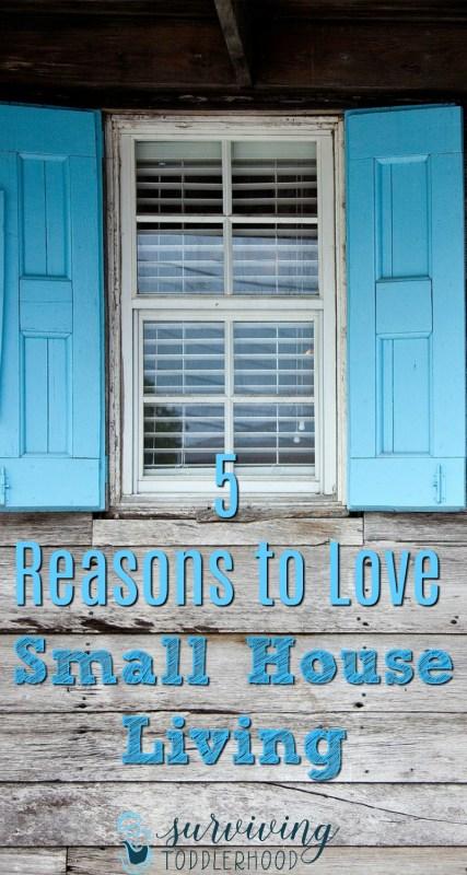5 Reasons to Love Small House Living #minimalism #minimalist #smallhouseliving #crunchymom #crunchymama #motherhood #livingwithless #debtfree Motherhood   Family Life   Small House  