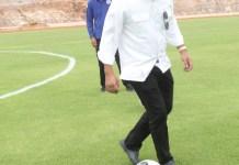 Kocek Bola - Gubernur Kepri H Nurdin Basirun mengocek bola saat melihat progres pembangunan gelanggang olahraga sepak bola di Pulau Dompak, Rabu (12/6) siang. Foto: humasprov kepri