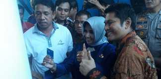 Wakil Wali Kota Tanjungpinang Rahma saat menunjukkan kartu fuel card saat diluncurkan di SPBU Batu 10 Tanjungpinang (Foto: Suryakepri.com/MBA)