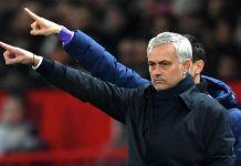 Manchester United 2-1 Tottenham Hotspur. Jose Mourinho dan seorang anggota staf pelatihnya secara bersamaan memberikan instruksi kepada para pemain saat pertandingan di Old Trafford.