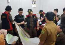Jaksa saat melakukan penggeledahan di kantor BPKAD Tanjungpinang (Suryakepri.com/istimewa)