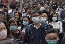 Orang-orang di Hongkong mengenakan masker saat virus SARS mewabah. Kini virus Corona dari Wuhan seolah mengulangi peristiwa pandemi tersebut.(Sumber Foto: qz.com)