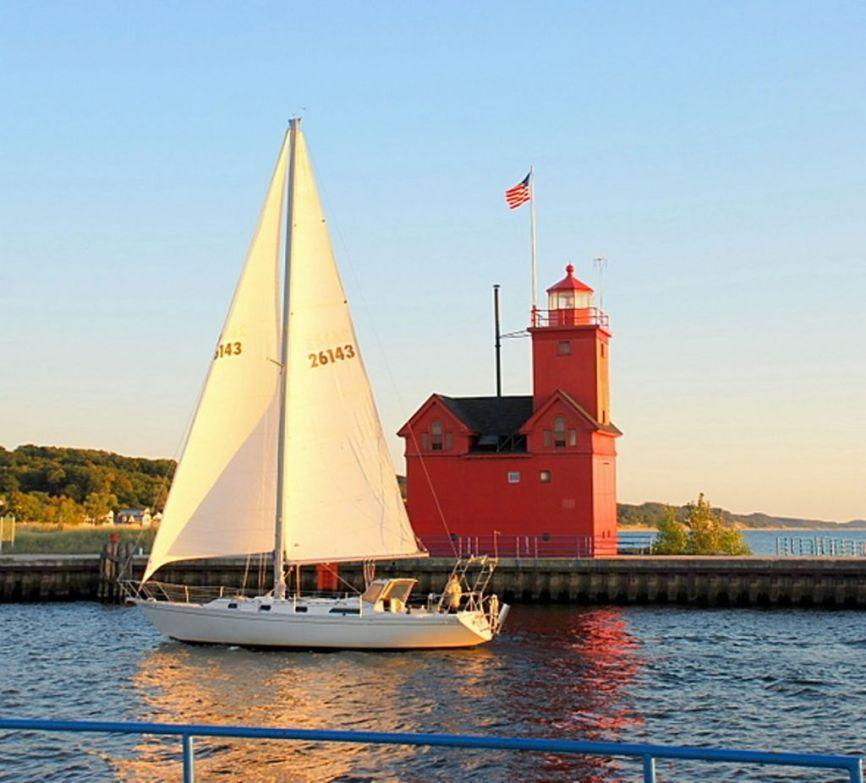 holland-michigan-lighthouse-sailboat-589x533