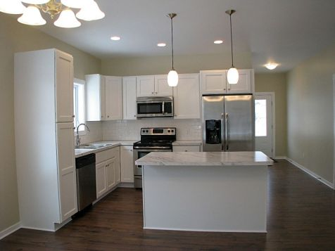 2518 Kitchen with center island with eating counter