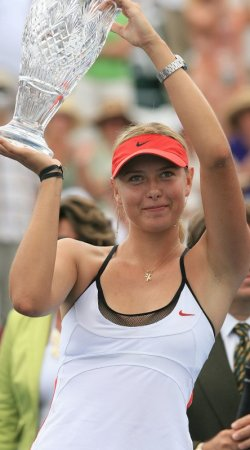 Maria_Sharapova,_with_2006_Acura_Classic_cup