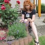 Ich neben Mamas Blumen - Foto von Erika Zeidler