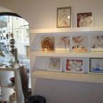 Die kleinen Bilder stehen auf einem Regal - das ist eine gute Idee von Ingrid! - Foto von Susanne Haun