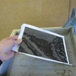 Und nun kommt die Platte in die Säure - Foto von Susanne Haun
