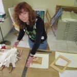 Das abgerissene Papier türmt sich neben mir - Foto von Martina Mattern