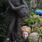 Auch der Garten bietet viel zum Schauen, Heidi gelingt die Gradwanderung zwischen Kitsch und Kunst - Foto von Susanne Haun