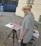 Gabi Stark malt das Schloss in rot und beobachtet uns genau - Foto von Susanne Haun