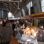 Die Menschen drängen sich in die S-Bahn am Alex - Foto von Susanne Haun