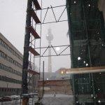 Am Haus der Kulturprojekte wird noch gebaut, das ergibt einen interessanten Ausblick auf den Fernsehturm - Foto von Susanne Haun
