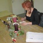 Ich zeichne - die Weihnachtspost liegt neben mir - die Kerze ist aus - zuviel Papier im Atelier :-) - Foto von Andreas Mattern