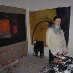 Conny in ihrem Atelier im Arbeitsraum - Foto von Susanne Haun