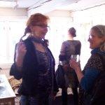 Helen und ich im Gespräch - Foto von Margit Kröplin