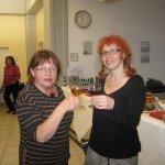 Marcella und ich stoßen auf die Ausstellung an - - Foto von Suzi Binder