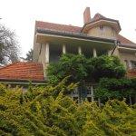 Das Haus schmiegt sich dem Garten an - Foto von Susanne Haun