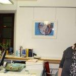 Ingrid hängt Oxanas Bild - Foto von Susanne Haun