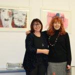 Ingrid Thurner und Susanne Haun vor Qxana Mahnac Bildern