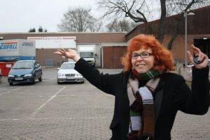 1 Susanne Haun vor der Hahnemühle Einbeck