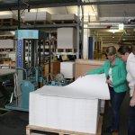 20 Papierherstellung bei der Hahnemühle Frau Scheerbarth und das Papier (c) Foto von Susanne Haun (2)