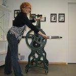 Ich freue mich über meine neue Radierpresse (c) Foto von Susanne Haun