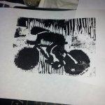 Radfahrer in schwarz Holzschnitt von J.H. (c) Foto von Susanne Haun