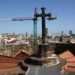 Der Kontrast des Kreuzes der Kathedrale La Seu in Barcelona zum modernen Kran (c) Foto von Susanne Haun