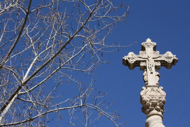Kreuz vor der Biblioteca de Catalunya (c) Foto von Susanne Haun
