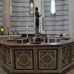 Achteckiges Taufbecken im Baptisterium Pisa, das von Guido Bigareli da Como (c) Foto von M.Fanke
