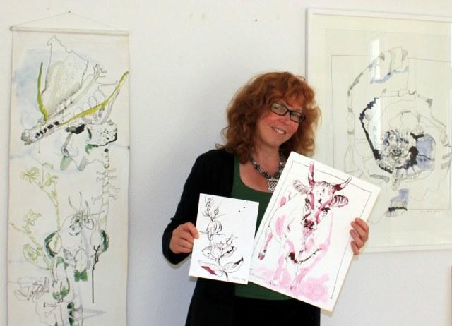 Susanne Haun wählt Zeichnungen für die Ausstellung in Roddahn aus (c) Foto von N.Schuchardt