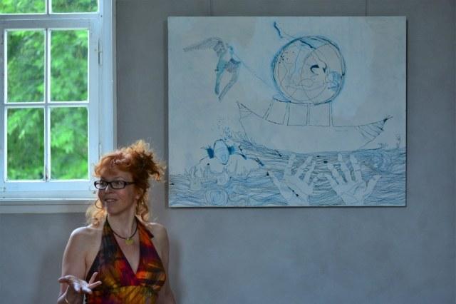 Susanne Haun vor Ihrer Leinwand Dantes Barke des Vergessens in der Ausstellung RaumZeitBegegnung (c) Foto von M.Fanke