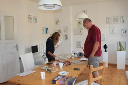 Cristina Wiedebusch und Jürgen Küster beim Hängen der Ausstellung Wegschütten (c) Foto von Susanne Haun