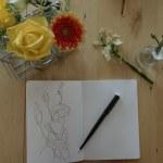 Mein Arbeitsplatz im Galeriezimmer - Ich und die Blumenskizzenbücher (c) Foto und Zeichnung von Susanne Haun
