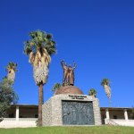 Unabhängigkeitsdenkmal vor der alten Feste in Windhoek (c) Foto von Susanne Haun