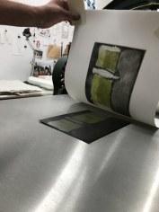 Workshop Radierung im Atelier - Claudia - Druck von der 1. und 2. Aquatinta Platte - Dozentin Susanne Haun (c) VG Bild Kunst, Bonn 2018