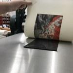 Workshop Radierung im Atelier - Meike Lander druckt die 3. Farbplatte schwarz - Dozentin Susanne Haun (c) VG Bild Kunst, Bonn 2018.