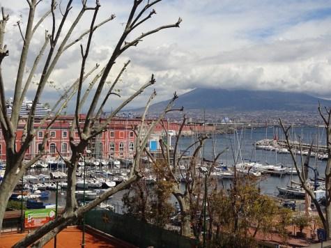 Neapel - Pause auf dem Weg zum Castel dell Ovo mit Blick auf dem Vesuv - Foto von M.Fanke