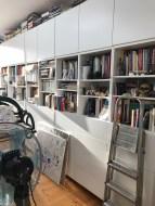 Alltag im Atelier Susanne Haun - Auslagerung vieler Bücher auf das Regal (c) VG Bild-Kunst, Bonn 2019