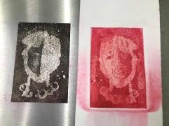 Zinkplatte rotes Portraits in der Druckpresse, in der Aquatinta Technik geätzt, Foto und Radierung von Susanne Haun (c) VG Bild-Kunst, Bonn 2020