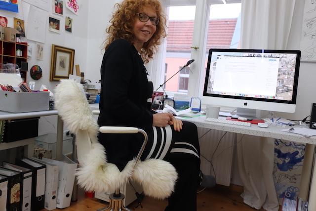 Susanne Haun vor dem Schreibtisch Rechner (c) Foto von M.Fanke