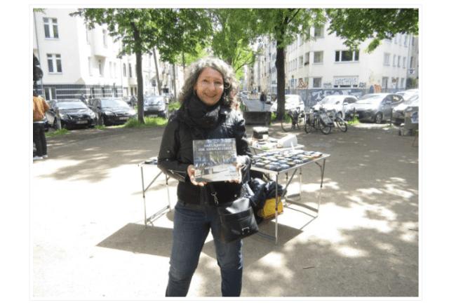 Angela-Bungarz-mit-ihrem-Buch-das-Laecheln-vom-Eierplaetzchen-c-Foto-von-Angela-Bungarz